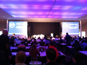 Konferenzsaal der SEMSEO 2013 in Hannover mit atmosphärischer, lilafarbener Beleuchtung