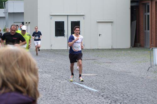 Jan sprintet ins Ziel ...