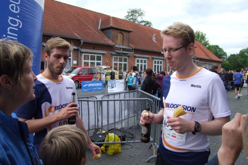 Andy und Martin stärken sich nach dem Zieleinlauf.