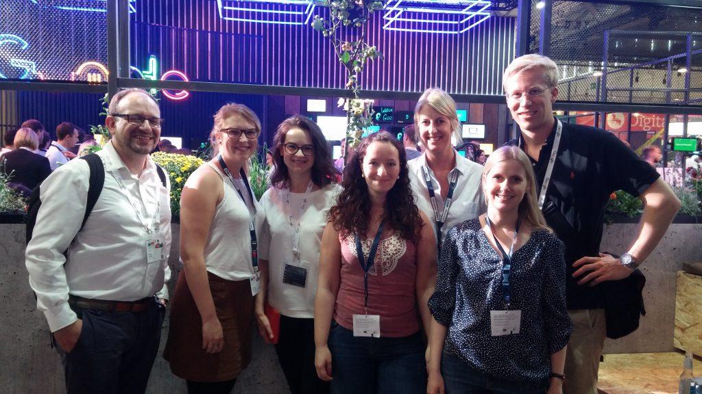 Von links stehen hier Hakim (der Vorgesetzte unser Google-Betreuerinnen), Kathrin, Jana, ich, Ricarda, Helen und Patrick vom Google Technik-Support.